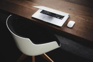 Bureau épuré avec ordinateur portable